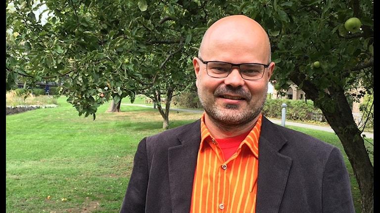 Piensijoittaja Tomi Lahti omenapuun alla.