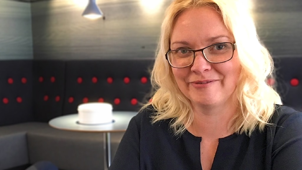 Ulla-Maija Pesola, en blond kvinna med glasögon tittar rakt in i kameran.