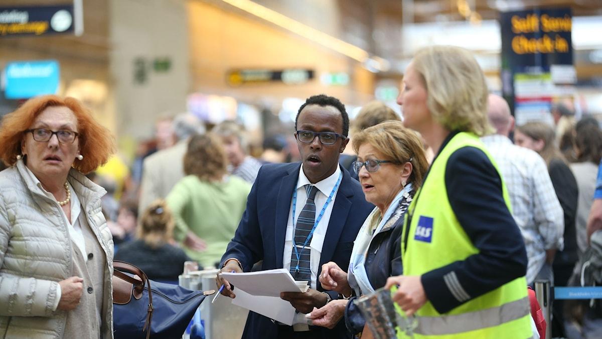 Huolestuneita lentomatkustajia Arlandassa.