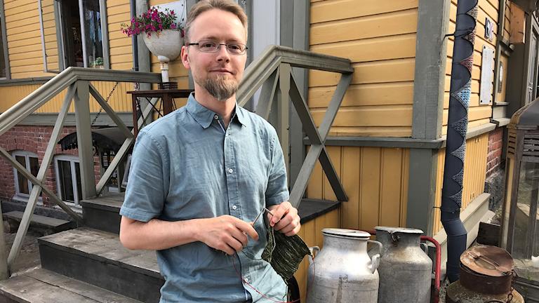 Lauri Sandelin kädessään keskeneräinen kaulaliina.
