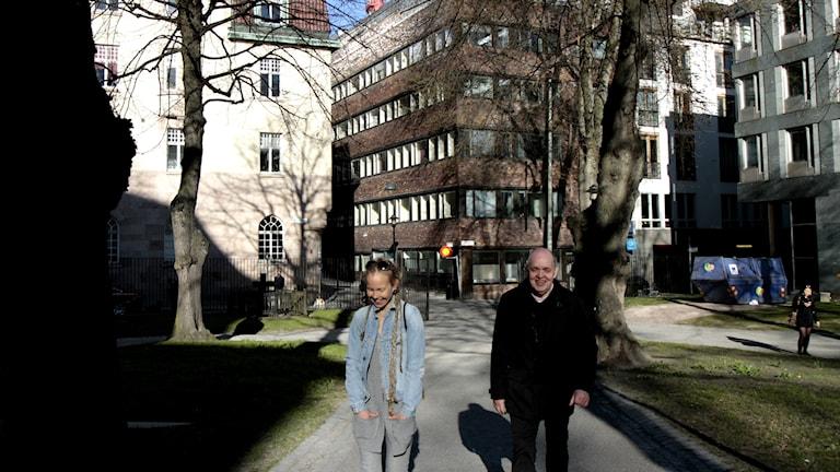 Hanna Hallakumpu ja Keijo Knutas seisovat puistokäytävällä