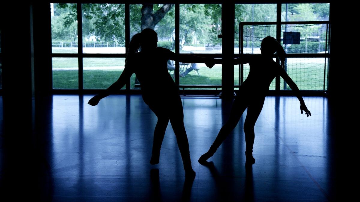 Michelle Wilhelmsson ja Elin Lagerström tanssivat jumppasalissa tosista kiinni pitäen.