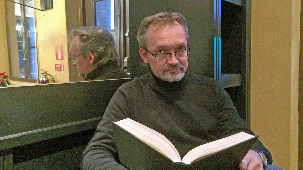 Asko Sahlberg lukee kirjaa