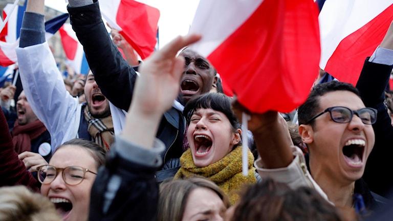 En folkmassa med franska flaggor jublal.