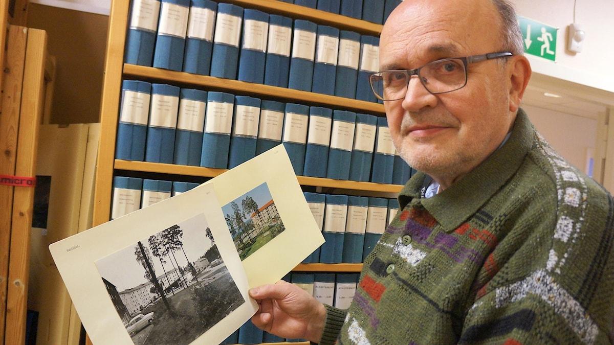 Esa Tuuri näyttää vanhoja valokuvia Järfällasta.