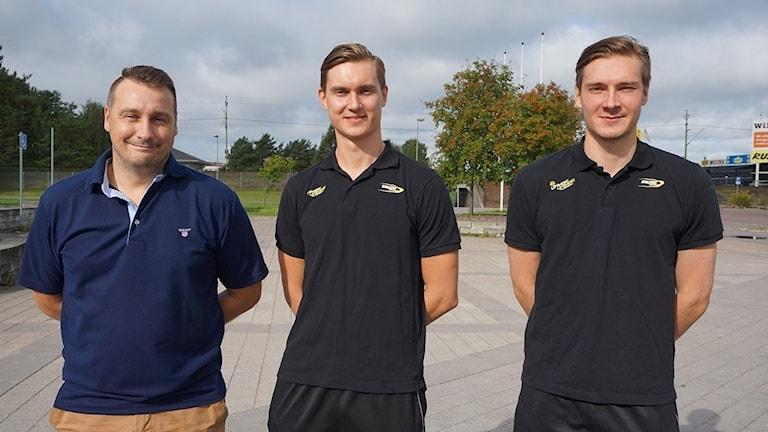 Karlstadin IBF:n valmentaja Niklas Hovivuori ja uudet suomalaispelaajat Aleksi Ikonen ja Samuli Hulkkonen.