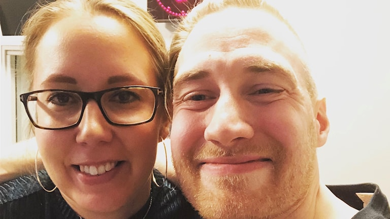 Silmälasipäinen Sanna Hellsten ja juontaja Timo Laine selfiessä hymyillen radiostudiossa. Kuva: Timo Laine/SR Sisuradio