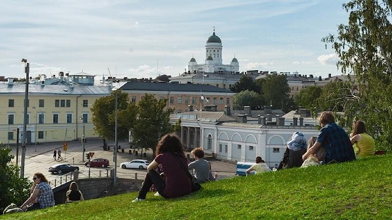 Helsingfors på sommaren, storkyrkan och människor
