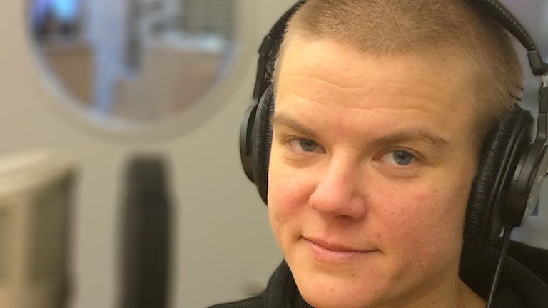 Laura Savolainen med hörlurar