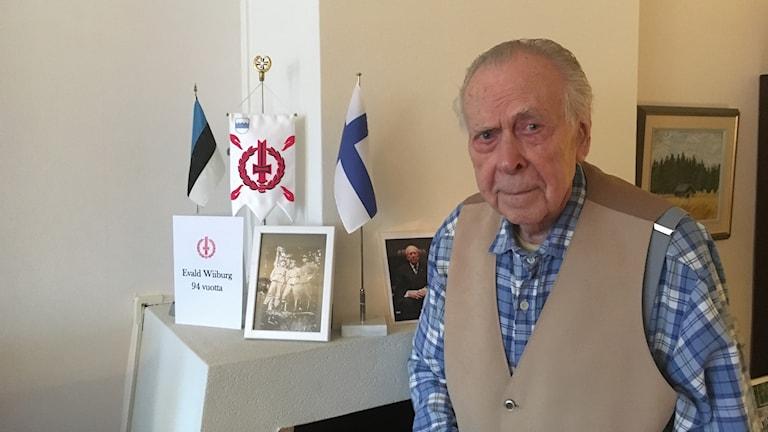 Ruotsinvirolainen Suomen jatkosodan veteraani Evald Wiiburg kotonaan Tukholmassa.