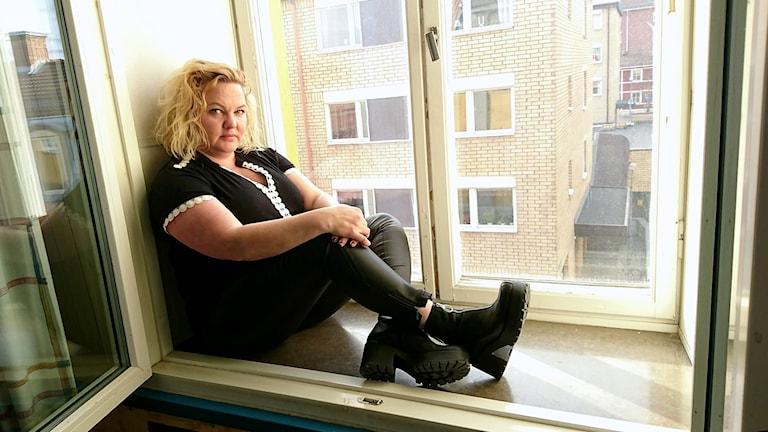 Maria Gfrrörer istuu ikkunalaudalla.