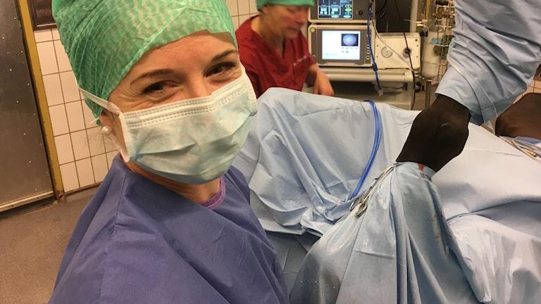 Hevoskirurgi Laura Hirvinen hymyilee onnistuneen tähystysleikkauksen jälkeen