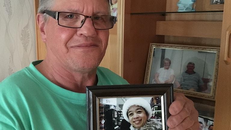 Helmer Holm pitelee kuvaa Susan vaimostaan.
