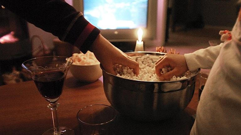 Fredagsmys framför TVn med chips och popcorn och tända ljus.