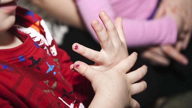 ett barns händer