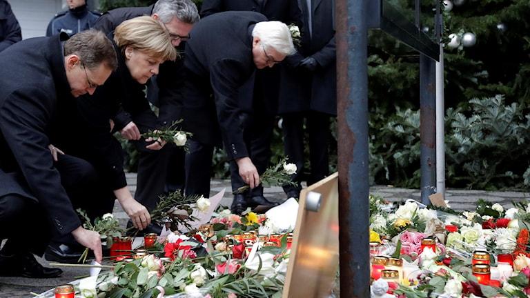 Angela Merkel laskemassa kukkia Berliinin joulumarkkinan uhrien muistolle