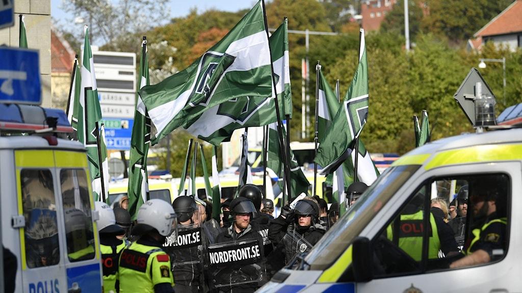 Pohjoismaisen vastarintaliikkeen jäseniä osoittamassa mieltä liput kädessä.