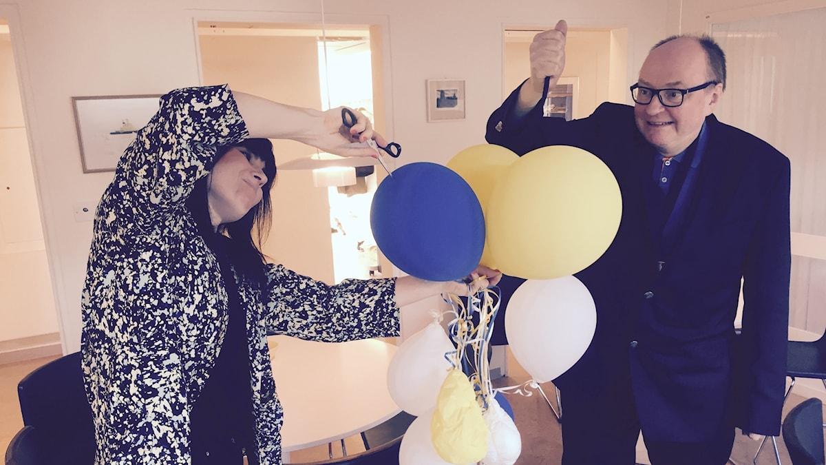 Hanna ja Jorma nautiskelevat ilmapalloja rikkomalla.