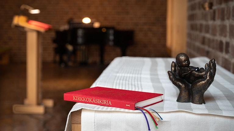 Den nya kyrkohandboken på finska.