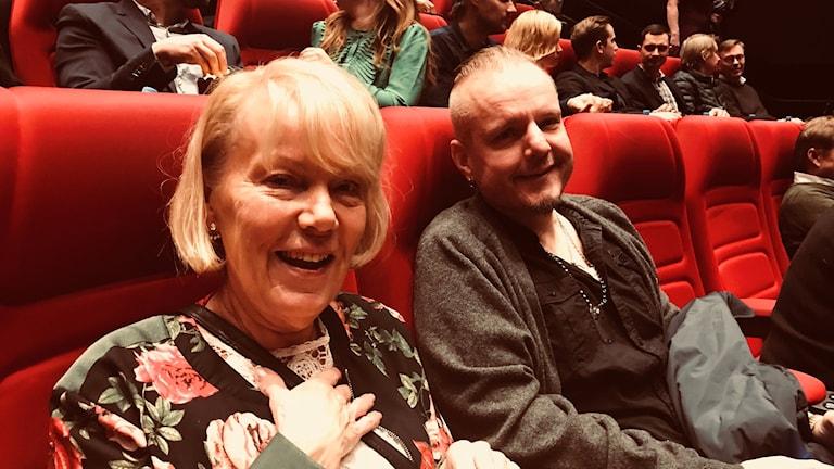 Sirkka ja Thomas Granestad elokuvateatterin punaisilla penkeillä.