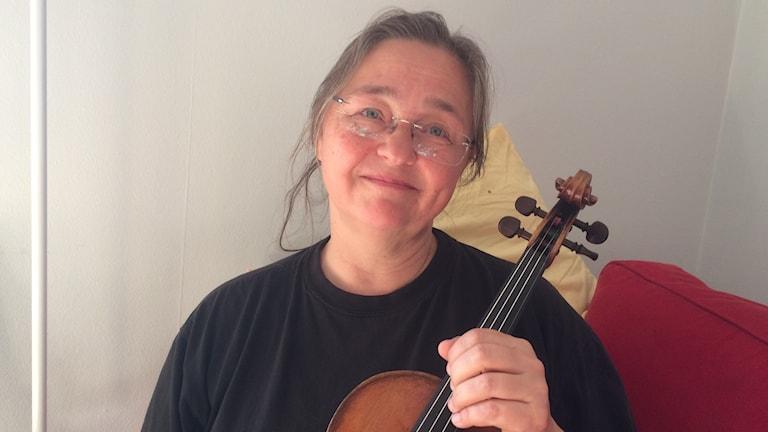 Leila Forsten ja viulu.