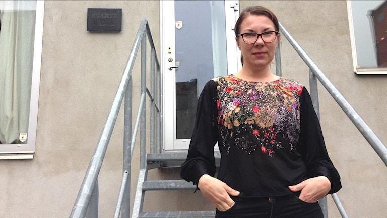 Valokuvaaja Aija Svensson tuntee olevansa eri ihminen eri kielillä.