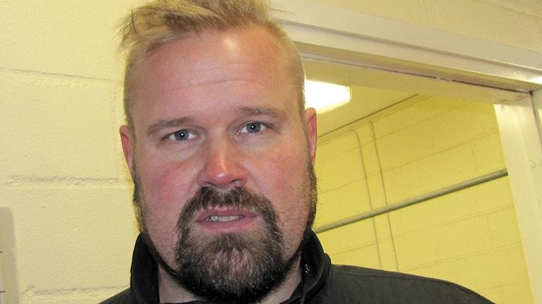 Asplövenin Norrettanissa tällä kaudella pelaavan jääkiekkojoukkueen uusi päävalmentaja Urban Lahti.