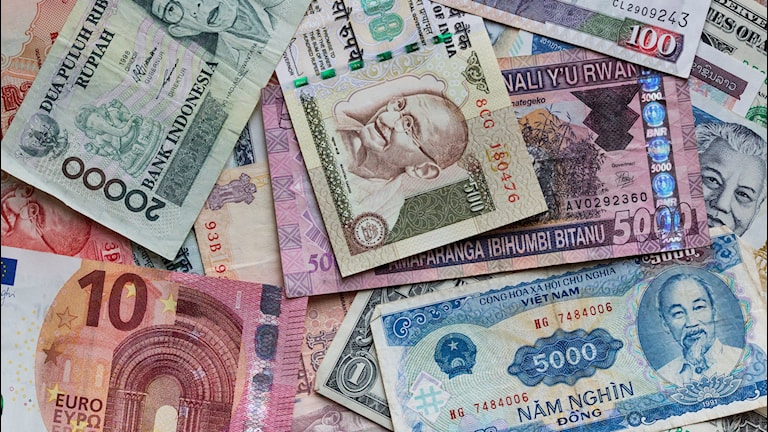 Olika länders valuta i en hög.
