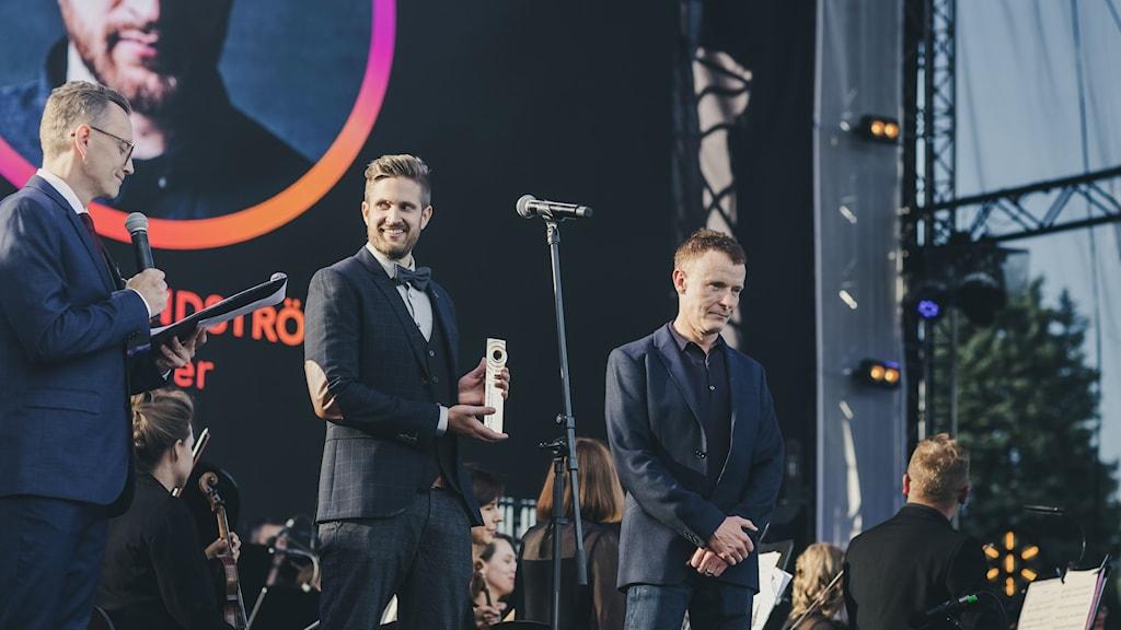 Henrik Lindström lavalla vastaanottamassa palkintoa.