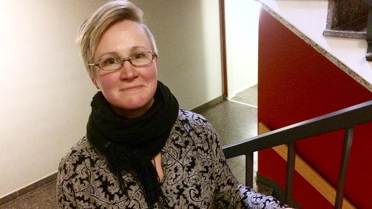 Tarja Östlund seisoo Sveriges Radion käytävällä Gävlessä.
