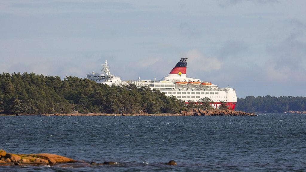 Viking Amorella onnettomuuspaikalla pienen saaren takana.