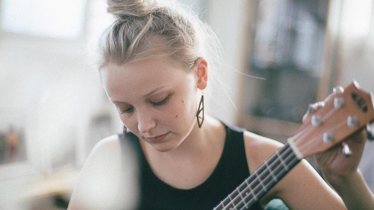 Elina Masalin ja kitara.