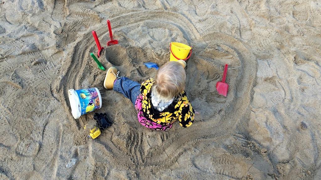 Pieni lapsi hiekkalaatikolla