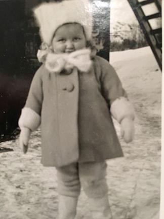Maaret Riitaho pikkutyttönä ennen sodan syttymistä.