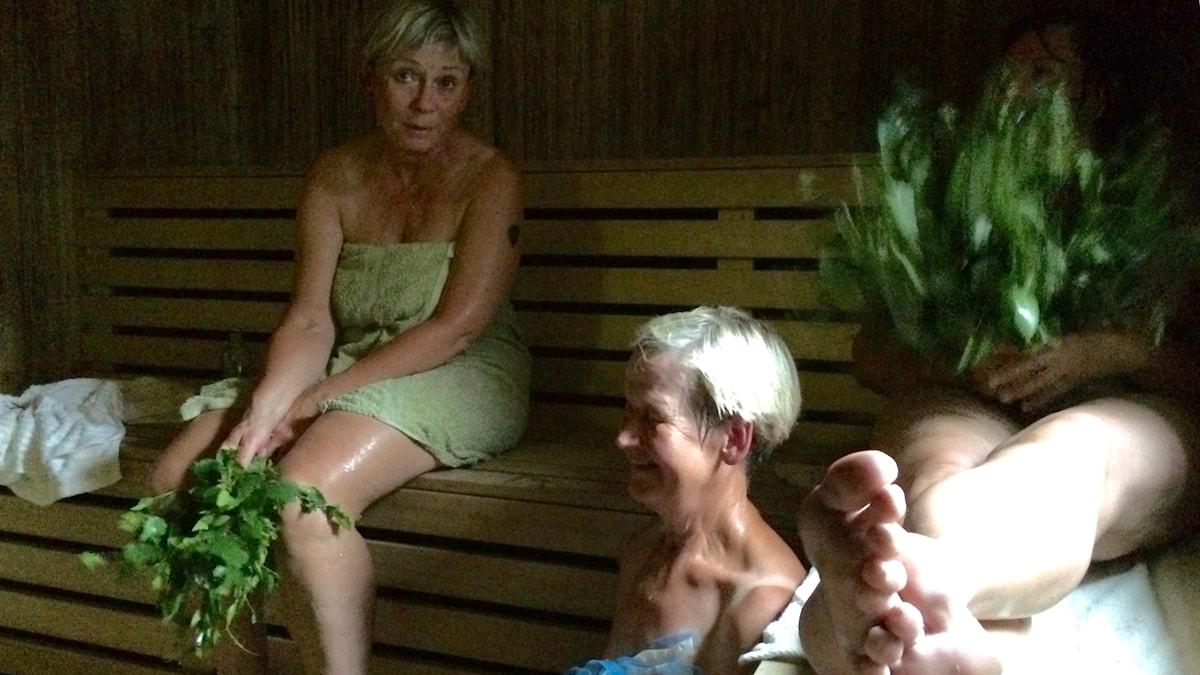 Utby Bastu, kolme naista lauteilla vihtomassa