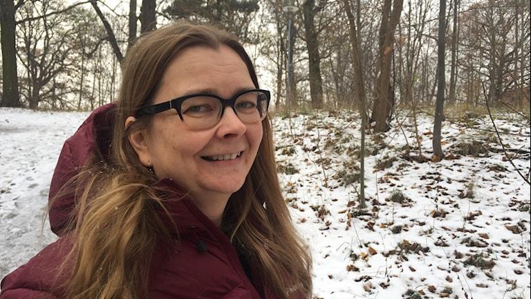 Finlandia-palkintoehdokkaita arvioi kirjallisuuden lehtori Heidi Grönstrand. Kuvassa hän on Radiotalon viereisessä metsässä.