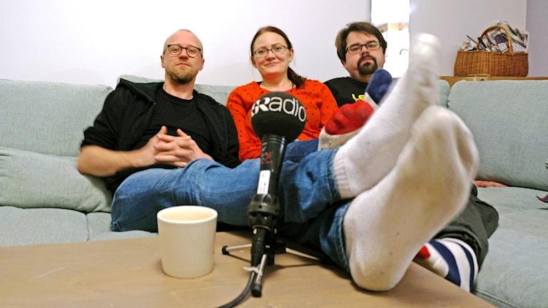 Sohvalla: Esko Vuonokari, mari Lamminpää ja koukuttaja Kimmo Tetri.