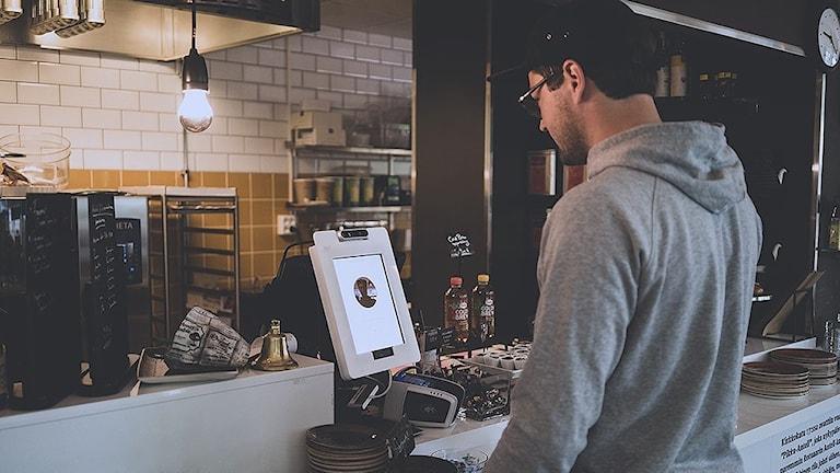 Caféernas kassor är utrustade med surfplattor som läser av ansiktet med en kamera.