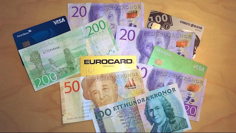 Eri suuruisia kruununseteleitä ja eri yhtiöiden pankkikortteja