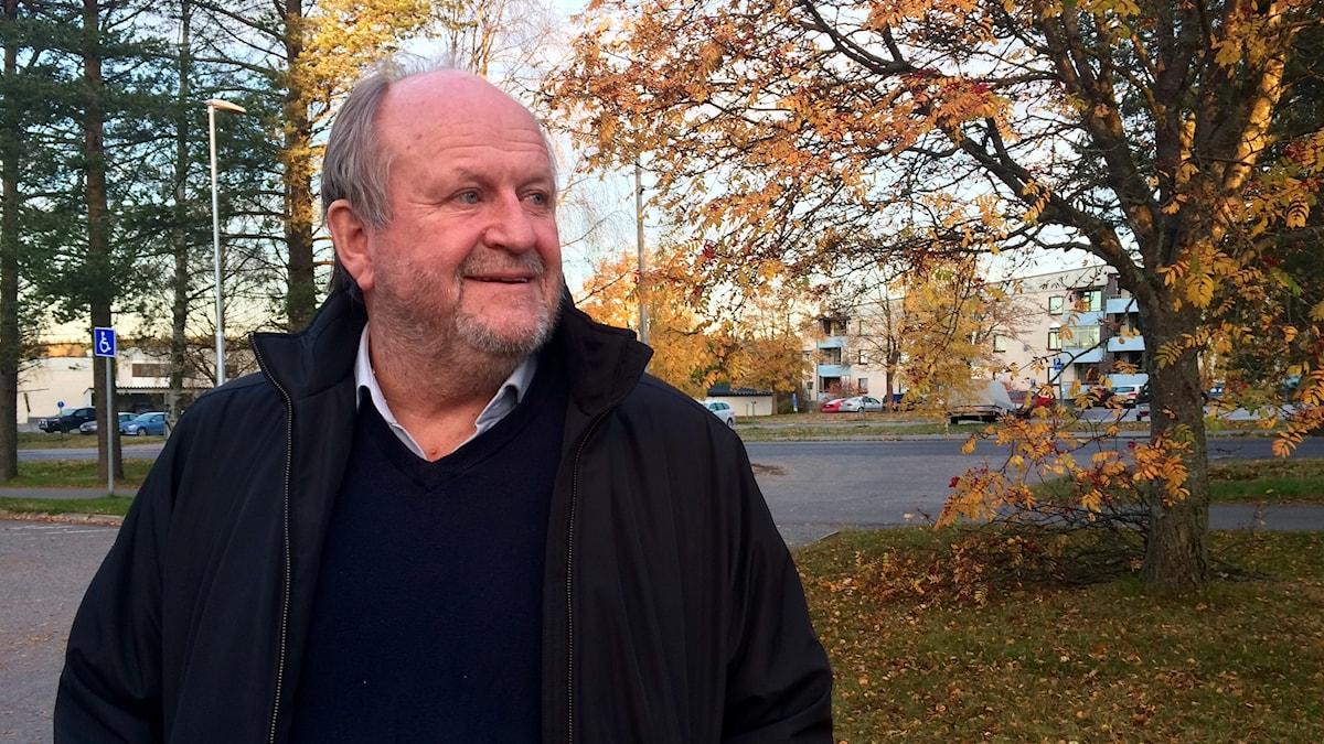 Håkan Björ koivun edessä.