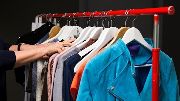 En klädstång med begagnade kläder .