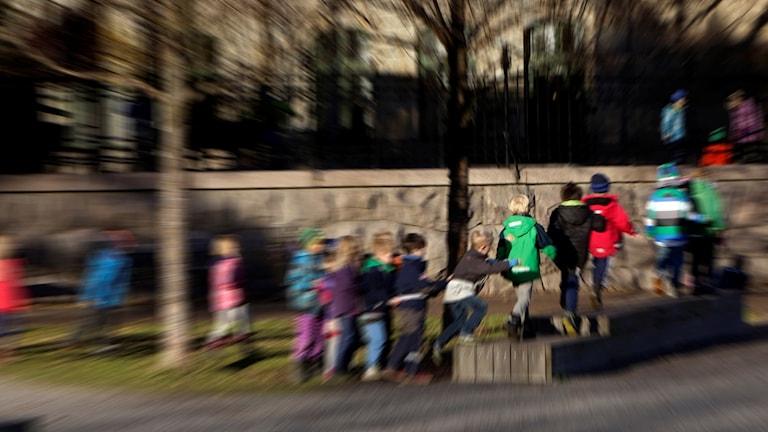 Skolbarn på skolgården