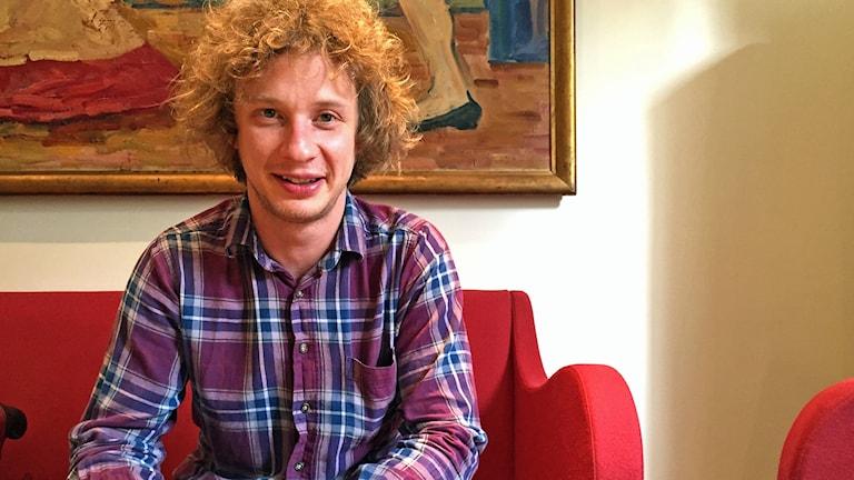 Santtu-Matias Rouvali sitter på en röd soffa
