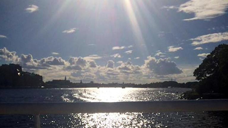 Aurinko paistaa Tukholman saariston edustalla.