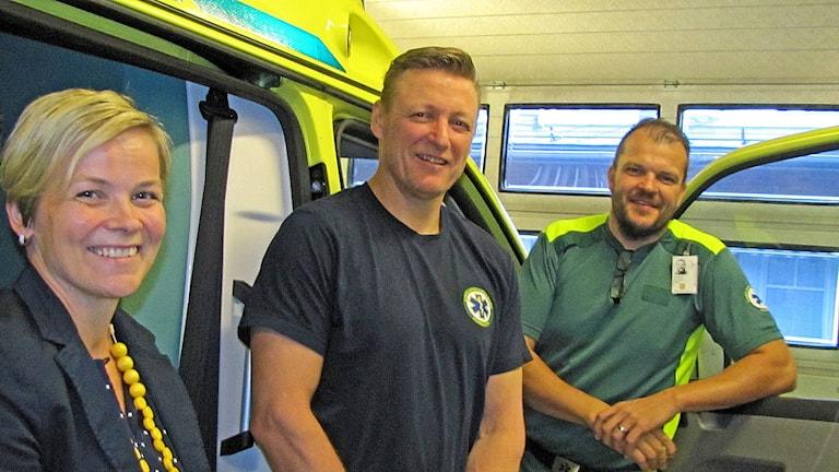 Haaparannan terveyskeskuksen vastaanoton esimies Susanna Keisu Miinala ja erikoistumiskoulutukseen lähtevät ambulanssisairaanhoitajat Pasi Pankonen ja Krister Palosaari.