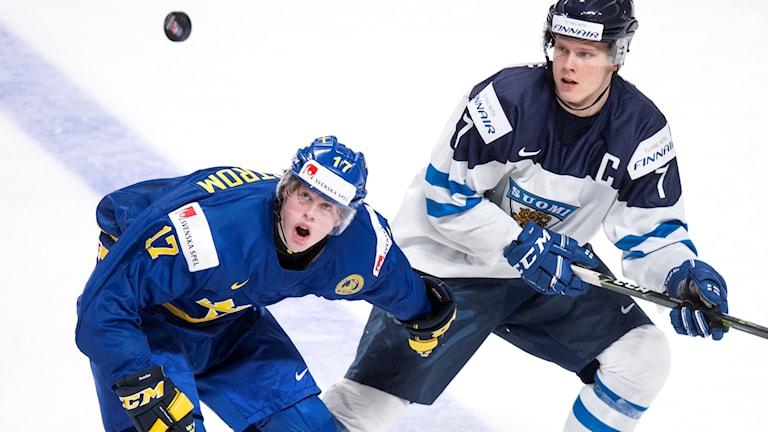Ishockeyspelarna Fredrik Karlström och Finlands Olli Juolevi