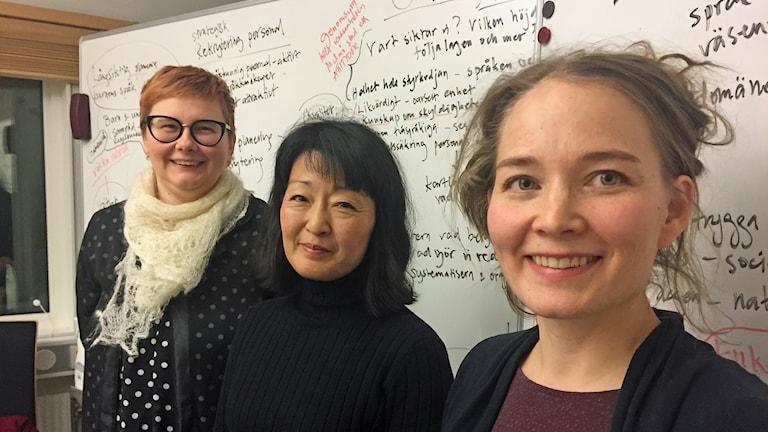 Annette Kohkoinen (vanhempi), Viktoria Björklund (Luulajan kunnan esustaja) ja Hanna Kaasalainen (vanhempi) täyteen kirjoitetun white boardin edessä.