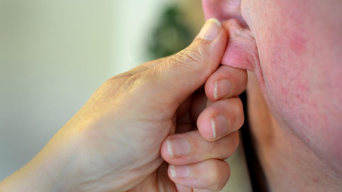 romantiikka parisuhde eläkeläinen vanhus korva käsi