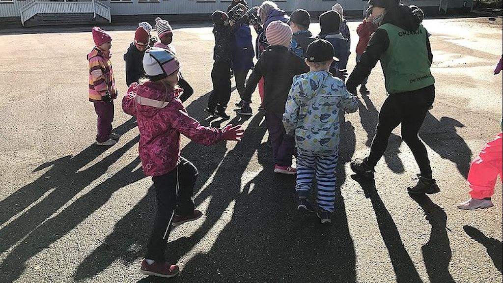 Lapsia leikkimässä koulun pihalla