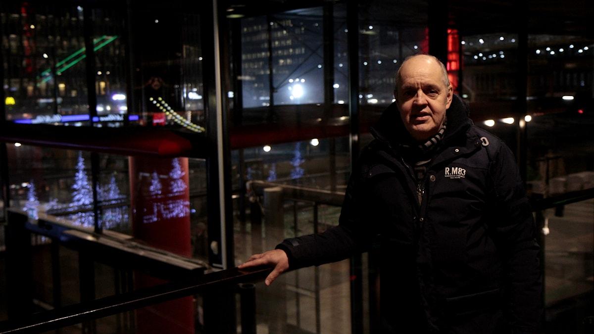 Keijo Knutas står i Kulturhuset med färgglad lampor i bakgrunden.